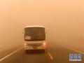 2018年7月20日,在柳格高速甜水井服务区附近的公路上,一辆客运班车因强沙尘天气紧急停车。当日,甘肃河西走廊西端的酒泉市敦煌、瓜州一带出现夏季罕见的强沙尘天气。新华社记者 范培珅 摄