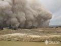 """2016年6月11日午后,新疆鄯善县火车站和七克台镇遭遇短时沙尘暴袭击,沙尘滚滚犹如一面移动的""""沙尘墙"""",天空瞬间变成了黄色。(图/杨扬)"""
