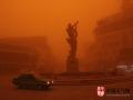 中国天气网讯 近期我国北方地区受冷空气影响,沙尘天气频繁。下面就用一组图片,展现近年来我国出现的震撼沙尘暴现场。2015年3月31日,甘肃敦煌出现了大风、沙尘暴天气,最小能见度150米。(图/朱永峰)