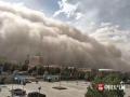 2017年5月30日,新疆喀什泽普出现强沙尘暴。大风卷着沙尘如沙墙般扑面而来,犹如灾难大片,能见度直线下降。(图/王晓霞)