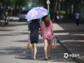 中国天气网讯 ?北京高温再升级中,今天(16日)午后晴热暴晒,气温突破31℃。街头行人多已盛夏装扮,遮阳伞和遮阳帽成为出行必备,瓶装水和冷饮也开始畅销。据了解明日气温仍将继续攀升。(图/王晓)