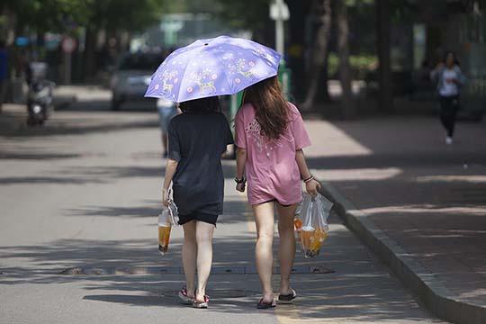北京气温破30℃晴热暴晒 美女清凉出行
