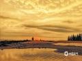 中国天气网讯 5月15日傍晚,海南海口雨后出现彩虹。微暗的天空下,夕阳的光勾勒出丝丝浮云,渲染出油画般的天空,给人一种奇幻的感觉。图为雨后金色的夕阳美景。(文/董立就 摄影/阎建海)