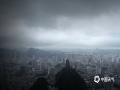 中国天气网讯 5月18日夜间到19日早晨7时,贵阳市中部以北、以西的修文县、开阳县和清镇市、乌当区出现10站暴雨,修文县大河村出现101.5毫米的大暴雨天气。图为19日早晨8时,贵阳市区仍是乌云密布。(图/石奎)