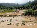 中国天气网讯 5月17日晚上至18日早晨,广东清远市英德北部、东部出暴雨局地大暴雨,短时雨强大。本次强降雨主要造成英德沙口镇部分地区出现山洪暴发、内涝、农田、鱼塘受淹,损失较大。(拍摄者/英德三防办工作人员)