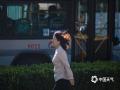 中国天气网讯 继昨日大风席卷北京后,今日(5月20日),晨风继续劲吹,出门上班的市民头发飞扬,低头避风。此外,今晨北京市区多处树杈折断、单车倒伏,工程和环卫工作人员忙于抢修清理,请市民注意户外防范大风带来的潜在风险。(图/王晓)