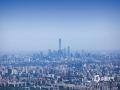 中国天气网讯 ?今天(5月20日),北京在大风的洗礼下,能见度极佳,从香山顶眺望北京市区,二十六公里外的北京地标中国尊清晰?#26441;?#39056;和园、奥林匹克公园、中央电视塔、贝聿铭先生主持设?#39057;?#39321;山?#27807;?#31561;北京地标也都清晰在目。图中最高建筑为中国尊。(图/王晓)