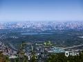 中国天气网讯 ?今天(5月20日),北京在大风的洗礼下,能见度极佳,从香山顶眺望北京市区,二十六公里外的北京地标中国尊清晰?#26441;?#39056;和园、奥林匹克公园、中央电视塔、贝聿铭先生主持设?#39057;?#39321;山?#27807;?#31561;北京地标也都清晰在目。图中湖泊为颐和园昆明湖。(图/王晓)