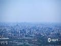 中国天气网讯 ?今天(5月20日),北京在大风的洗礼下,能见度极佳,从香山顶眺望北京市区,二十六公里外的北京地标中国尊清晰?#26441;?#39056;和园、奥林匹克公园、中央电视塔、贝聿铭先生主持设?#39057;?#39321;山?#27807;?#31561;北京地标也都清晰在目。图为中央电视塔。(图/王晓)