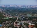 中国天气网讯 ?今天(5月20日),北京在大风的洗礼下,能见度极佳,从香山顶眺望北京市区,二十六公里外的北京地标中国尊清晰?#26441;?#39056;和园、奥林匹克公园、中央电视塔、贝聿铭先生主持设?#39057;?#39321;山?#27807;?#31561;北京地标也都清晰在目。图为远眺颐和园与奥林匹克森林公园。(图/王晓)