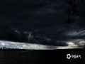 中国天气网讯 5月21日下午,哈尔滨松花江上空,被大面积乌云覆盖,瞬间白昼变黑夜。(图文/吴胡荼)