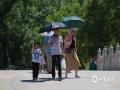 """中国天气网讯 今天(22日)北京暴晒,紫外线照射强烈,南郊观象台15时25分气温达到34℃。行走在户外的人们""""各显神通"""",有的穿着防晒衣、有的打着遮阳伞、有的穿着热裤短裙、还有的拿着小风扇,纷纷使出各种避暑绝招来抵挡热浪侵袭。(图/王晓)"""