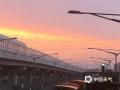 中国天气网讯 今天(22日)傍晚,北京天空出现超美晚霞,天空被染成一片橙红色,云舒霞卷,异常美丽。(图/郝佳玉)