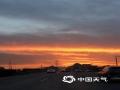 中国天气网讯 今天(22日)傍晚,北京天空出现超美晚霞,天空被染成一片橙红色,云舒霞卷,异常美丽。(图/梓嘉)