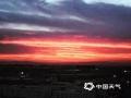 中国天气网讯 今天(22日)傍晚,北京天空出现超美晚霞,天空被染成一片橙红色,云舒霞卷,异常美丽。(图/猪小蹦儿)