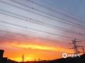 中国天气网讯 今天(22日)傍晚,北京天空出现超美晚霞,天空被染成一片橙红色,云舒霞卷,异常美丽。
