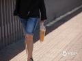 世界杯手机投注平台天气网讯 今天(23日)下午2点,北京的世界杯手机投注网站达到35℃,迎来今年首个高温日。强烈的阳光,让街头民众出行遮阳伞、遮阳帽、防晒服等工具齐上阵,矿泉水、饮料不离手,躲避晴热高温天。图片拍摄于北京西直门附近。(图/王晓)