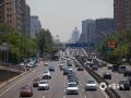 中国天气网讯 今天(23日)下午2点,北京的气温达到35℃,迎来今年首个高温日。强烈的阳光,让街头民众出行遮阳伞、遮阳帽、防晒服等工具齐上阵,矿泉水、饮料不离手,躲避晴热高温天。图片拍摄于北京西直门附近。(图/王晓)