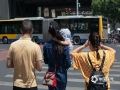 中国天气网讯 今天(23日)下午2点,北京的气温达到35℃,迎来今年首个高温日。强烈的阳光,让街头民众出行遮阳伞、遮阳帽、防晒服等工具齐上阵,冷饮、饮料不离手,躲避晴热高温天。图片拍摄于北京西直门附近。(图/王晓)