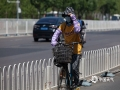 23日,北京最高气温突破35℃,迎来今年首个高温日。强烈的阳光,让街头民众出行遮阳伞、遮阳帽、防晒服等工具齐上阵。(图/王晓)