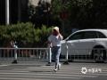 22日下午2点,河北石家庄裕华路,户外气温38.1℃,酷热难耐,市民一路小跑过马路。(图/刘琦)