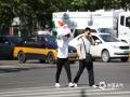 22日下午3点,河北石家庄体育大街,户外气温38.4℃,手中的物品皆可防晒。(图/刘琦)