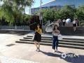 22日,山东济南迎来今年的首个高温日,户外紫外线照射强烈,市民打伞出行。(图/王连珍)
