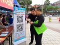 """气象工作人员指导群众关注""""广宁天气""""微信公众平台(肖文娟摄)"""