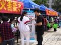 """群众扫码关注""""广宁天气""""微信公众平台(肖文娟摄)"""