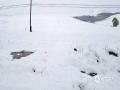 从昨天(26日)夜间开始,青海省玉树、果洛、黄南大部分高海拔地区遭遇了持续的雨夹雪天气过程。天峻、黄南南部地区遭遇了短时积雪,青海省气象台为此连续发布多次暴雪预警信号。从今晨起,青海省大部地区气温持续下降,省会西宁的最高气温只有10摄氏度左右,并下起了雨夹雪,省城周边的山顶上被薄薄的一层白雪覆盖,一夜间青山变为银山。图为被积雪覆盖的海东山区。(图/文 马长云 赵海梅)