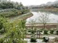 从昨天(26日)夜间开始,青海省玉树、果洛、黄南大部分高海拔地区遭遇了持续的雨夹雪天气过程。天峻、黄南南部地区遭遇了短时积雪,青海省气象台为此连续发布多次暴雪预警信号。从今晨起,青海省大部地区气温持续下降,省会西宁的最高气温只有10摄氏度左右,并下起了雨夹雪,省城周边的山顶上被薄薄的一层白雪覆盖,一夜间青山变为银山。图为西宁湟中雪后的蚂蚁沟。(图/文 李建平 赵海梅)