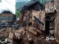 中国天气网讯 5月26日,贵州省金沙县出现持续性强降雨天气过程,其中,清池镇出现大暴雨,导致境内多个路段积水、内涝,不少农田被淹没,山体滑坡致交通短时中断,紧急转移安置100余人。图为被冲垮的房屋。(许昌武/摄)