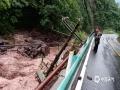 中国天气网讯 5月26日,贵州省金沙县出现持续性强降雨天气过程,其中,清池镇出现大暴雨,导致境内多个路段积水、内涝,不少农田被淹没,山体滑坡致交通短时中断,紧急转移安置100余人。图为被洪水冲毁的路基和电力设施。(许昌武/摄)
