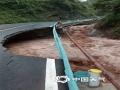 中国天气网讯 5月26日,贵州省金沙县出现持续性强降雨天气过程,其中,清池镇出现大暴雨,导致境内多个路段积水、内涝,不少农田被淹没,山体滑坡致交通短时中断,紧急转移安置100余人。图为被洪水冲垮的路基。(许昌武/摄)