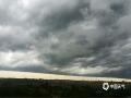 27日下午17时,海南海口雷阵雨来袭,刹那间,整个市区天空黑云压城,仿佛科幻电影特效场景。图为海口灵山镇上空。(图/文 李惠 董立就)