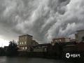 27日下午17时,海南海口雷阵雨来袭,刹那间,整个市区天空黑云压城,仿佛科幻电影特效场景。图为海口新坡镇文山村上空。(图/文 阎建海 董立就)