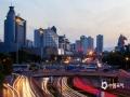 """中国天气网讯 """"东风夜放花千树,更吹落、星如雨"""",作为超级大都市的首都北京,在夜幕降临华灯初上之时,建筑灯火通明,车辆川流不息,呈现出与白天截然不同的繁华之况。(图/王晓)"""