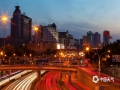 """""""东风夜放花千树,更吹落、星如雨"""",作为超级大都市的首都北京,在夜幕降临华灯初上之时,建筑灯火通明,车辆川流不息,呈现出与白天截然不同的繁华之况。(图/王晓)"""