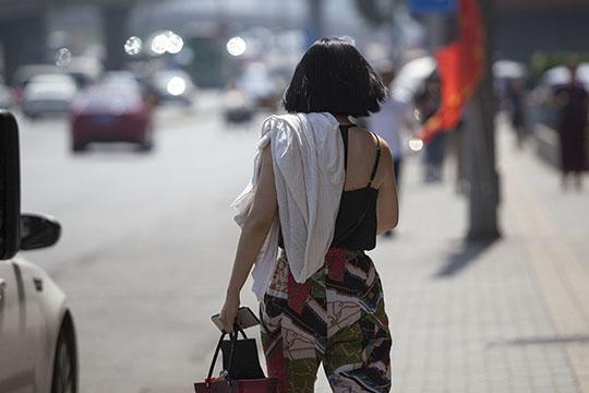 北京烈日炎炎 美女或清凉出行或全ζ副武装