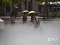 """中国天气网讯 随着高温逐渐升级,盛夏将至。炎热中哪儿寻一丝凉爽?您可以去北京动物园""""竹林雾境""""景观,感受一下人工雾带来的清爽和降温。制造这些微小水珠的特殊喷头,可以喷出1-15微米的细小水珠,并伴着负氧离子,让您好似在自然的林间漫步。(图/王晓)"""