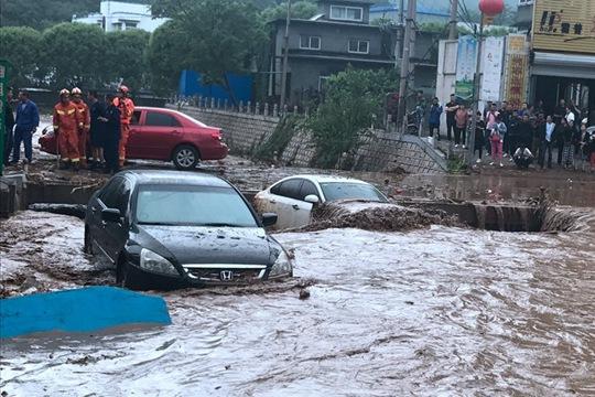 惊险!辽宁强降雨引发山洪 数辆车瞬间被淹