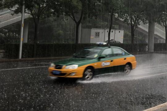 外出带伞!北京出现明显降雨 部分路段积水