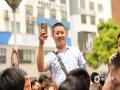 中国天气网讯 今日(7日)上午,贵阳市第九中学考点门口,天气晴,气温23℃。图为家长用手机记录孩子的首场考试。(石奎/摄)