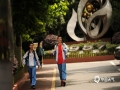 中国天气网讯 今日(7日)上午,贵阳市第九中学考点门口,天气晴,气温23℃。图为结束上午考试的考生表情轻松地走出考场。(石奎/摄)