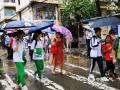 中国天气网讯 今日(7日)上午11时30分前后,广州下起了短时阵雨,考生考试结束后,撑伞走出考场,有说有笑。(贾子冰/摄)