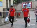 中国天气网讯 今日(7日)上午八点,长沙天气凉爽,明德雨花实验中学的学生们出发赶赴考点。老师们穿上了大红色的划着大大对勾的T恤,妈妈们穿上旗袍,纷纷前来送考。(文/曾彦彦 图/贾玉洁)