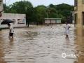 6月9日,江西的强降雨向南转移,吉安、抚州、赣州多地遭遇暴雨和大暴雨,信丰、大余、宁都、全南累计雨量超过100毫米。图为江西省赣州市信丰县新田镇新田圩上,积水没过行人小腿。摄影/潘桥英
