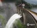 6月9日,江西的强降雨向南转移,吉安、抚州、赣州多地遭遇暴雨和大暴雨,信丰、大余、宁都、全南累计雨量超过100毫米。图为6月9日黎川县龙头寨水库泄洪场景。摄影/沈奕峰