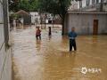 6月9日,截止到下午3点,在过去的24小时里,江西省萍乡市普降暴雨。全市四个站点里,上栗、萍乡、芦溪三个站点出现暴雨,莲花县更是出现132.7毫米的大暴雨。图为莲花县湖上乡紧急转移群众。(摄影/朱俊军)