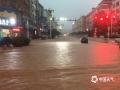6月8日8时-9日8时,江西省中部大部分地区出现暴雨,局地大暴雨。图为6月8日17-19时,江西省乐安县城突遭强降雨袭击,小时雨量达69.9毫米,引发城市内涝,严重影响交通出行。摄影/陈国平